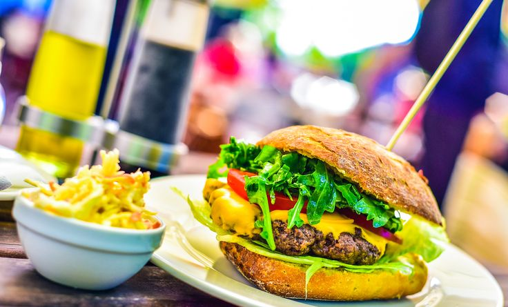 Nyereg Burger (darált marhahús, ruccola saláta, paradicsom, cheddar sajt, káposztasaláta) // Nyereg Burger (minced beef, ruccola salad, tomatoes, cheddar cheese, coleslaw)