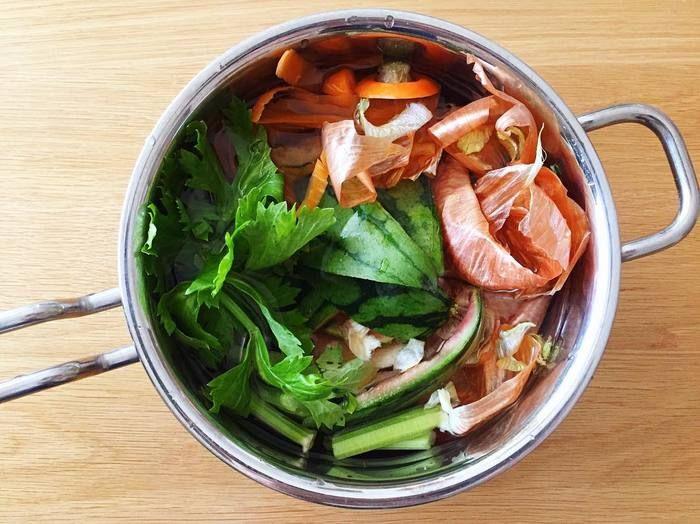 野菜のくずや切れ端、捨てたりしていませんか?もしそうならもったいない!野菜くずからも美味しい旨味のあるだしが取れるんです。野菜くずをためておいて野菜だし、ベジブロスを料理に取り入れませんか?