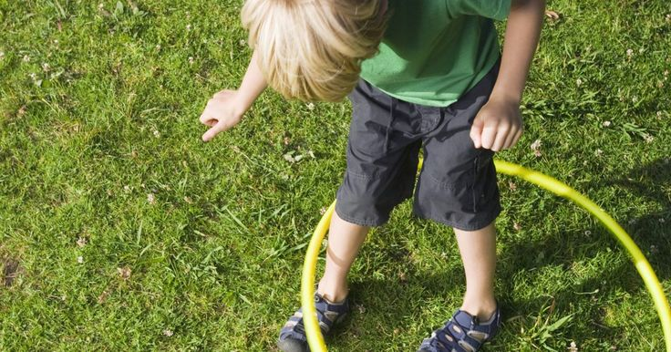 Corrida de obstáculos para crianças feita em casa. Corridas de obstáculos garantem muita diversão para toda a família a podem ser adaptadas para se encaixar a qualquer faixa etária. Encoraje a criatividade das crianças envolvendo-as na escolha de objetos para incorporar no percurso e ajudando a inventar as atividades. Você não precisa de equipamento especial -- use objetos que já estejam à mão. ...