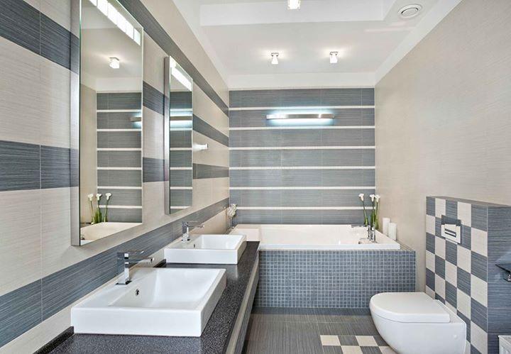 """""""Tato koupelna se mi nelíbí. Příliš mnoho motivů na malé ploše. Dobré je střídání tenkých bílých proužků se širokými plochami modré za vanou. To je hezké. Motiv za zrcadlem nudí a šachovnici za toaletou vůbec nechápu. Ale dispozici má dobrou. Jen to chtělo víc citu a držet se jednoho motivu.."""""""