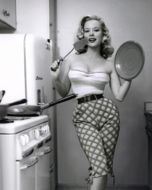 Popular model of the 1950s Betty Brosmer, with reported natural measurements of 38-18-36. Unbelievable!