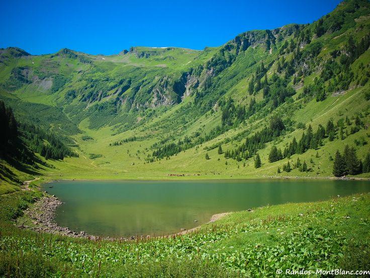 Le Lac de Gers, situé de l'autre côté du Rocher des Fiz, sur le site du Grand Massif près de Flaine, constitue un agréable objectif de balade familiale.