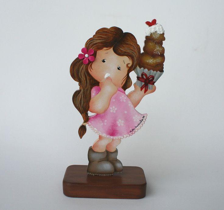 Sempre é tempo de enriquecer e embelezar o quarto das meninas, a sugestão é esta menina com seu doce, feita em mdf, delicadamente pintada à mão. <br>Faço também na cor que seu coração escolher.