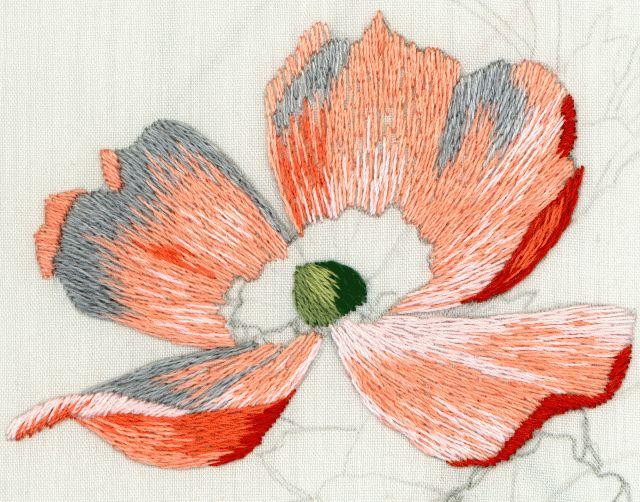 """Таквыглядит цветок шиповника, вышитый в технике """"рисовальная гладь"""", в такой же последовательности вышивают и другие цветы."""