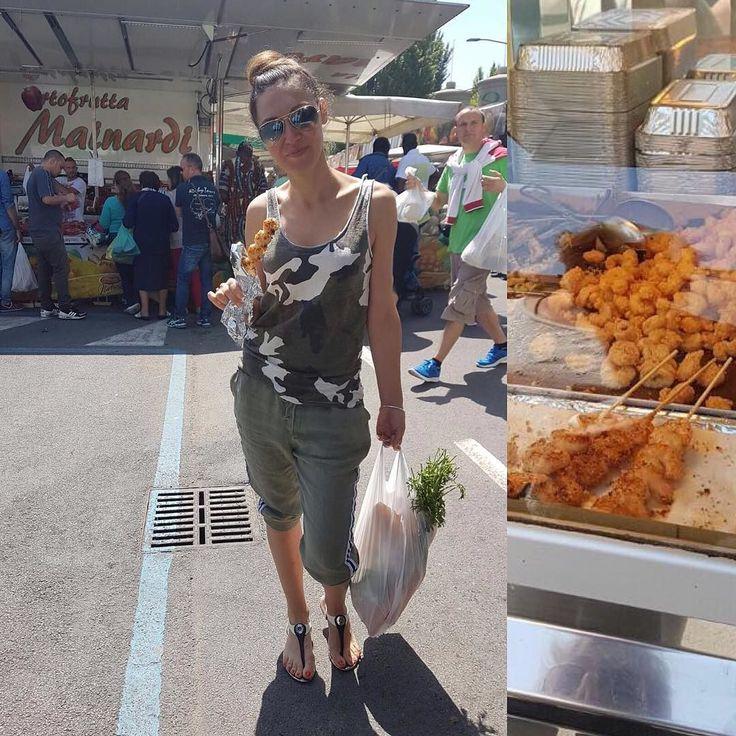 А вот и итальянский фаст-фуд Шпажки с креветками кальмарами во фритюре микс морепродуктов в кляре жаренная рыба очень вкусно by stefanele_shop