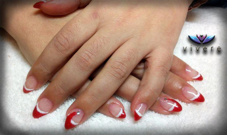 Το πρώτο χριστουγεννιάτικο σχέδιο, με κόκκινο glitter και άσπρο ημιμόνιμο πάνω σε gel και με διακοσμητικό στρας!!! #gel #semipermanent #red #white #glitter #Christmas #nail_art #manicure #vivere #nails