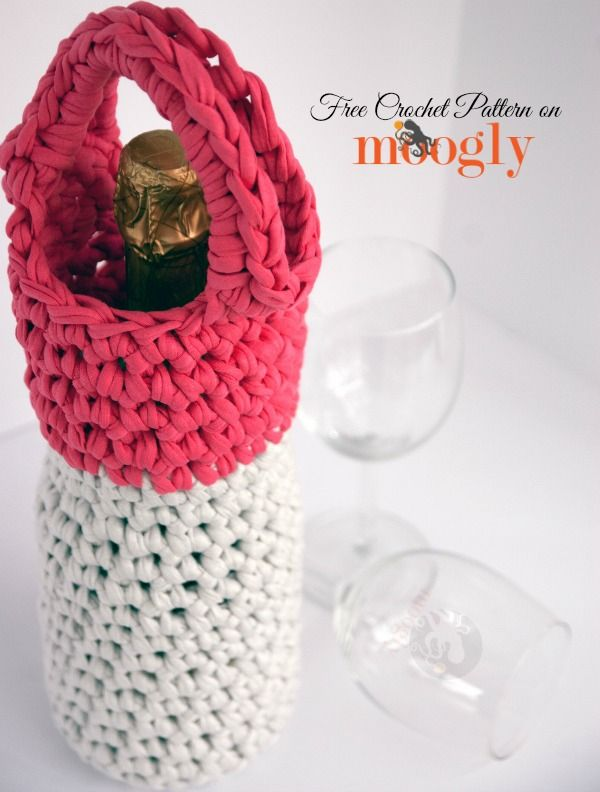 T-shirt yarn and a Q hook make the Girls Night Out Champagne  Wine Carrier a super fast and fun #crochet project! Free pattern from Mooglyb...FUNDA BOTELLA