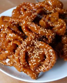 """Après la recette de la Hssoua, voici maintenant celle de la fameuse """"chebbakia"""" ou """"griwech"""" (selon les régions), un incontournable pendant le mois du ramadan, on la trouve obligatoirement sur chaque table marocaine pendant ce mois sacré. Elle est à base..."""