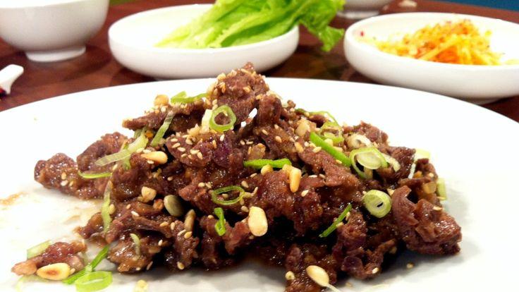 Bulgogi - På koreansk vis serveres bulgogien på et salatblad sammen med kokt ris og rettich- og gulrotsalat. - Foto: Espen Hobbesland / NRK