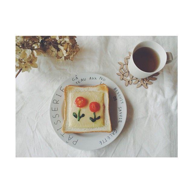 """""""@sa___kiii さきちゃんに教えてもらった、 お花トースト ⚘  娘もかわいい〜♡と喜んでくれて良かった ♪  また作ろう〜 ✧  #お花トースト #暮らし #日々 #イイホシユミコ #堀井和子"""""""