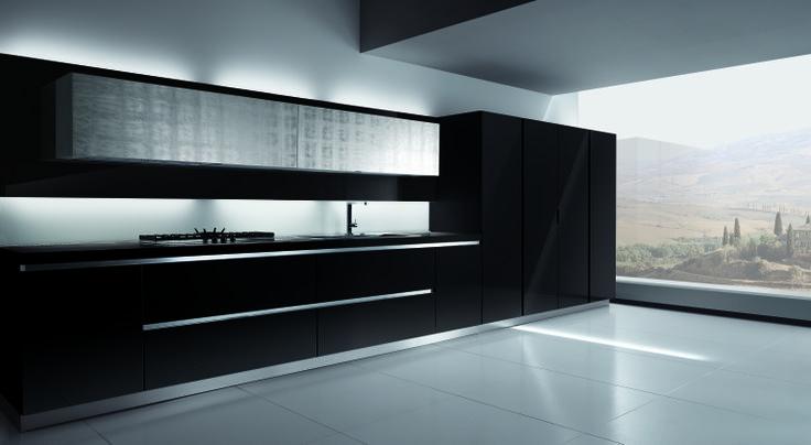 Prosta zabudowa meblowa w klasycznej czerni wykończona do wysokiego połysku połączona z szafkami wiszącymi w srebrze.  www.ebano.pl  #meble #meblekuchenne #kuchnianowoczesna