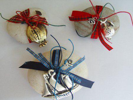 Χριστουγεννιάτικα χειροποίητα βότσαλα - γούρια με μεταλλικά στοιχεία και κορδέλες