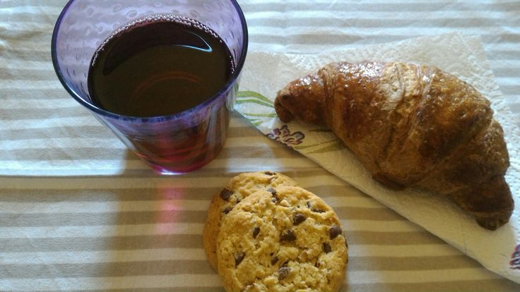 A blueberry croissant with a  pomegranate juice and cookies...A very nice idea for breakfast...is not a light idea but...do not worry... Taste it
