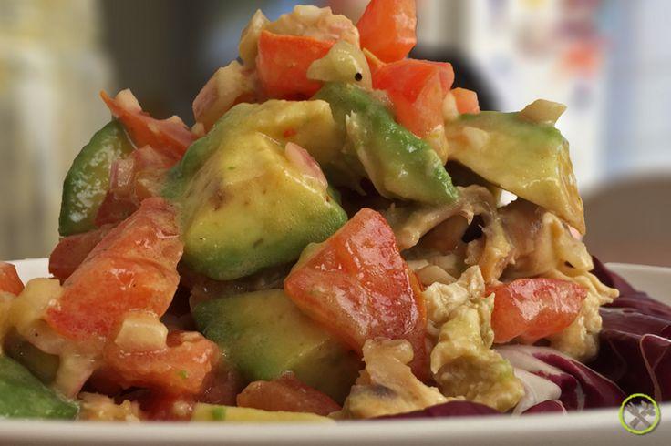 """#PALEO #BOKAAL #SALADE - whole30 - De nieuwste trend uit Amerika: je lunch meenemen in een """"Mason Jar"""". Eigenlijk best wel handig: je maakt de salade de avond ervoor; tijdens je lunch de dag erna neem je de sla blaadjes bovenaan er eerst uit, dan sluit je het potje weer, SHAKE SHAKE SHAKE en dan giet je het uit in je kommetje op de slablaadjes. Instant healthy salad!"""