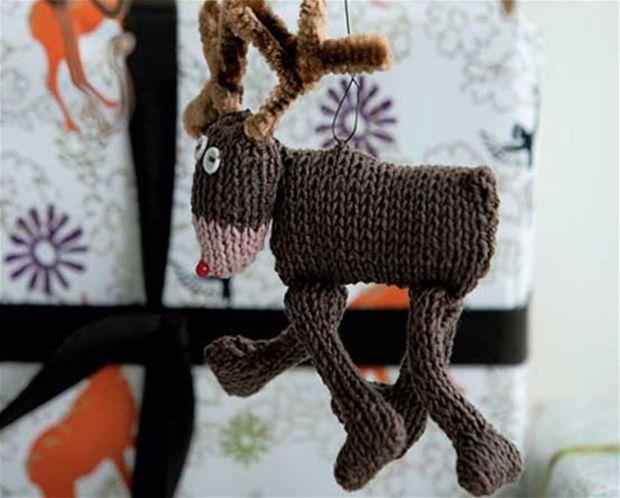 Få opskriften på det søde strikkede rensdyr - lige til at hænge op og blive i julehumør af.