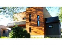 Tuiles 3R: Projet résidentiel à Montréal. Tuile rectangulaire 2 plis, dimension 9'' x 21'', pose horizontale décalée, acier calibre 24, fini PVDF, couleur Noir (02). (Alias architecture).