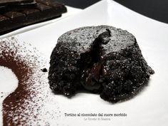 Tortino vegano di cioccolato fondente dal cuore cremoso.