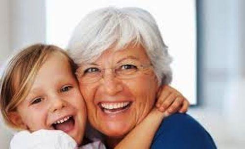 Avós também são mães. Mas muitas mulheres temem ser avós, temem a menopausa. Se acham menos mulher, se acham diminuídas, se acham velhas, que perderam a sua principal importância. No Dia das Mães, dê este presente para a sua …