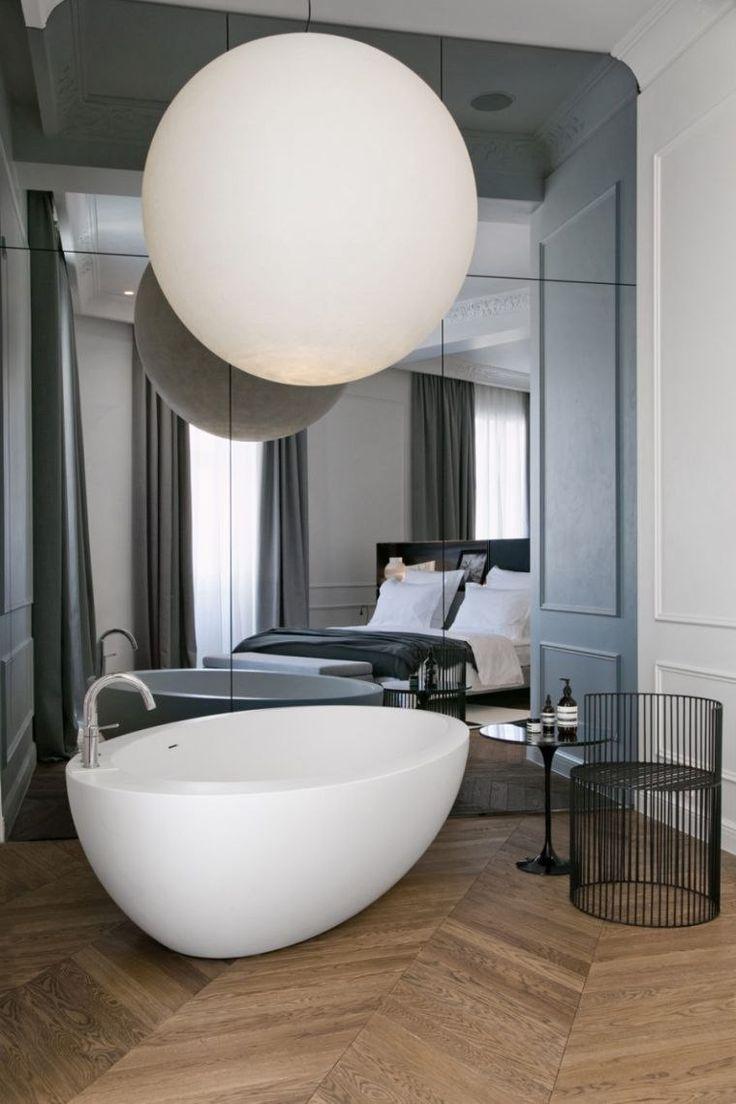 Le grand miroir contemporain est un must pour la décoration de salle de bain qui nous offre énormément de possibilités en termes d'organisation de l'espace.
