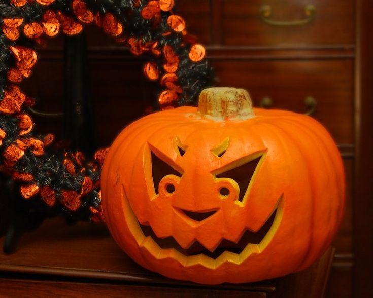 geschnitzer Halloween Kürbis mit bösem Gesicht