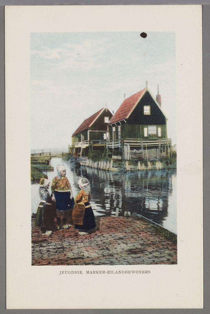 De huizen Moskou en Siberië bij de haven van Marken. Drie kinderen in dracht op de voorgrond. 1905-1925 #NoordHolland #Marken