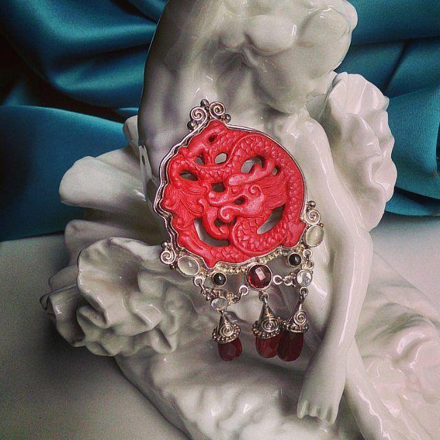 54 отметок «Нравится», 3 комментариев — Современные и Винтажные ✨ (@courage_vintage) в Instagram: «Красный дракон от Sajen. Кулон-брошь выполнен из серебра, дракон из камня киноварь, украшен…»