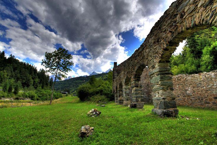 4K Bulutlu Mavi Gökyüzü, Yemyeşil Doğa Ve Tarihi Surlar Wallpapers