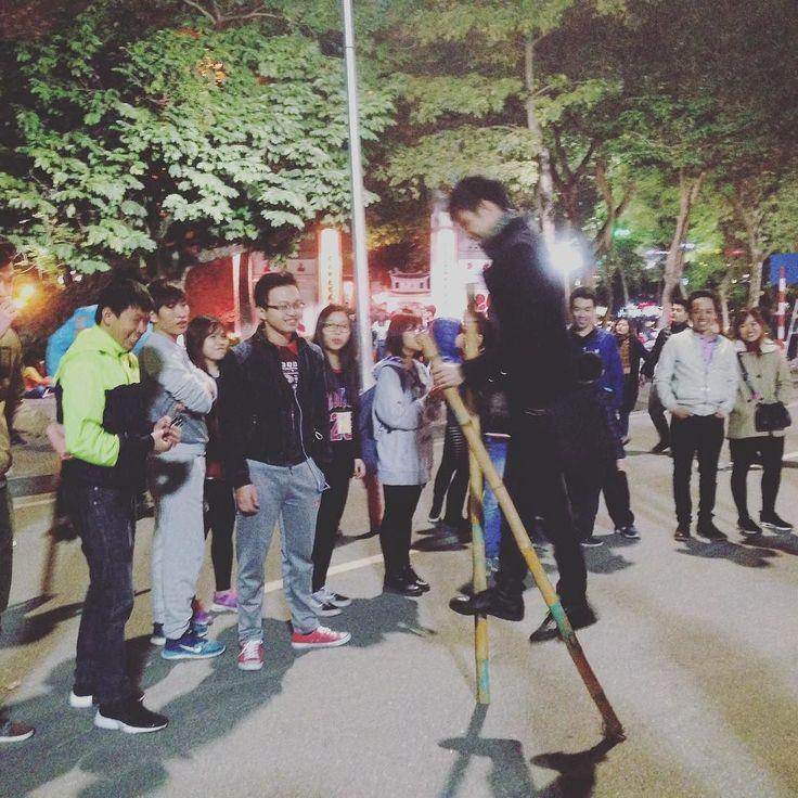 夜歩行者天国の大通りでにぎわう大人たち @ベトナムハノイ  #cocoacana #Vietnam #hanoi #ベトナム #ハノイ #ホアンキム湖 #hoankiemlake #歩行者天国 #竹馬 #観光 #旅行 #旅 #散歩