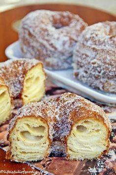 YEAHHH! Es gibt Cronuts. Cronuts sind DAS Trendgebäck aus New York. Die MUSS man jetzt einfach kennen! Und probieren!! Aber was sind Cronuts denn eigentlich?? Erfunden hat es vor kurzem der Konditor Dominique Ansel, welcher eine Bäckerei im Stadtteil Soho in New York betreibt. Herr Ansel ist kein Unbekannter in der Branche, sondern hat sich … Weiterlesen…