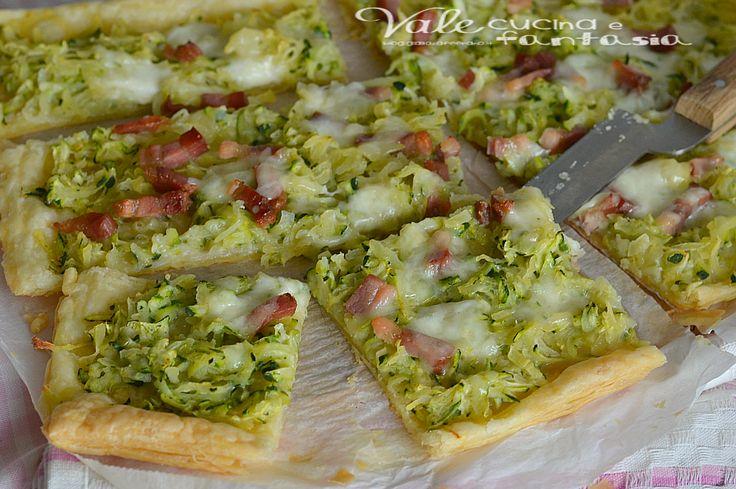 Pizza di sfoglia con patate zucchine e pancetta, una ricetta facilissima, velocissima e sfiziosa, ideale per un aperitivo o cenetta veloce tra amici