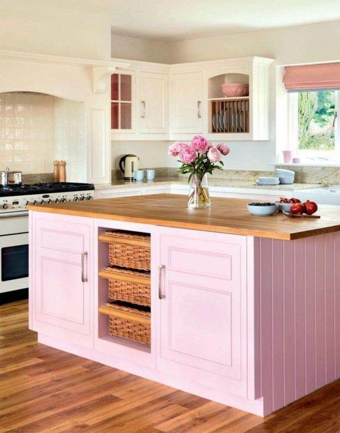 ilot pour cuisine, comptoir en bois et placards blancs, carrelage blanc brillant