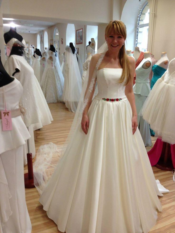 <p>Mimo że <strong>Anna Guzik</strong> starała się utrzymać w tajemnicy szczegóły swojej ślubnej ceremonii, poznaliśmy wiele detali dotyczących choćby ubioru panny młodej. Kto zaprojektował suknię ślubną <strong>Anny Guzik</strong>