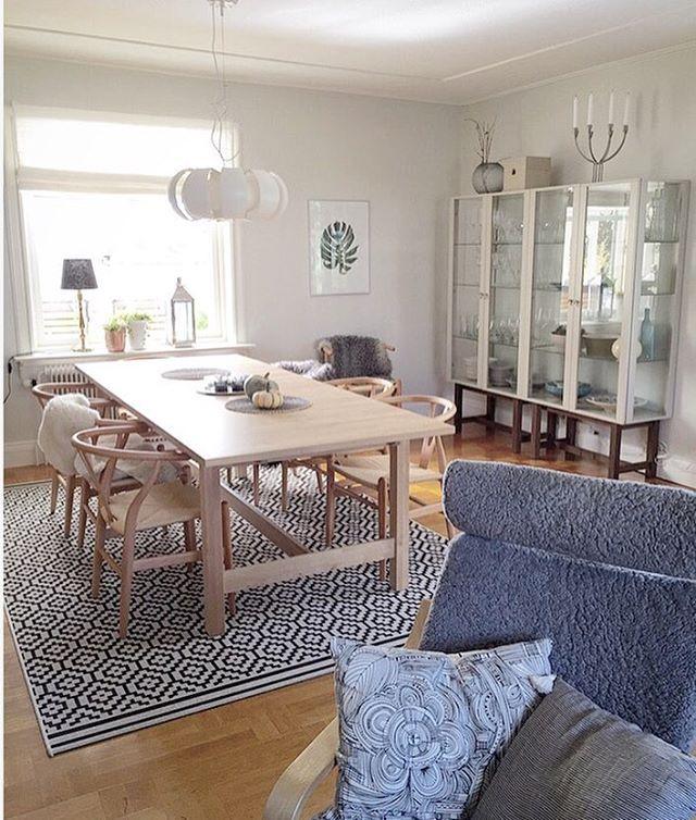 Tävling! 💙 Mitt (IKEA) vardagsrum.  På bilden syns en liten del av mitt stora vardagsrum. Gillar att mixa IKEA med designklassiker och annan inredning. Närmast i bild en trogen POÄNG fåtölj med grå ullig klädsel och en IKEAkudde som jag inte vet namnet på. Mot väggen två STOCKHOLM vitrinskåp och ovanpå en ljusstake i samma serie. Runt matbordet NORDEN står de älskade y-stolarna och ovanför bordet hänger lampan STOCKHOLM.  #minIKEAstil #elledecorationse