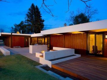 บ้านหลังเก่าที่สร้างขึ้นตั้งแต่ปี 1963 ได้ทำการปรับปรุงใหม่ ให้น่าอยู่ทันสมัยกว่าเดิม เป็นผลงานการออกแบบของ James Ream โดยมีการขยายเพิ่มเติมดาดฟ้า ตกแต่งภายในและจัดพื้นที่เล็กๆนอกบ้านเสียใหม่