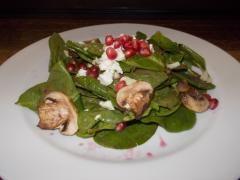 Ensalada de Espinacas, con vinagreta de granada y champiñones rostizados