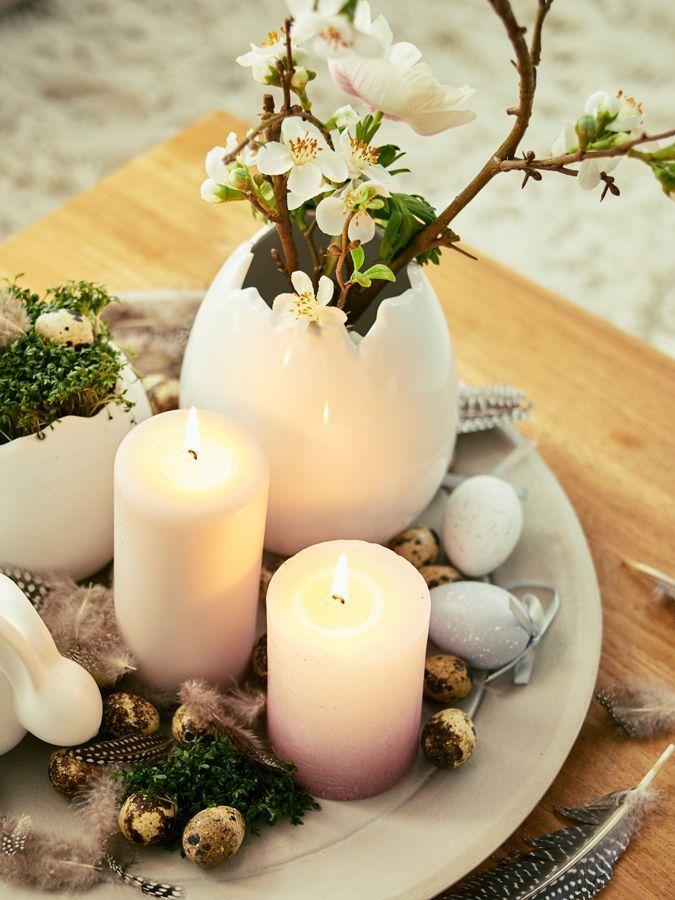 Offene Keramik-Ostereier sehen mit etwas Grün, Kirschzweigen und Federn kombiniert aus wie vom Profi-Floristen.