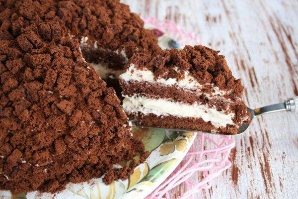 La torta mimosa al cioccolato è la versione cioccolatosa del classico dolce che richiama la bellezza del fiore di mimosa farcita con crema e panna