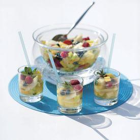 1. Schil de appelen, kiwi's, ananas en cavaillon. Pel de banaan. Verwijder het kroontje van de aardbeien. 2. Snij alles in stukjes. Snij de aardbeien in 2 of 4. 3. Giet de blikjes Nestea in een kom en voeg alle fruit toe. 4. Laat 1 nacht in de koelkast marineren. 5.