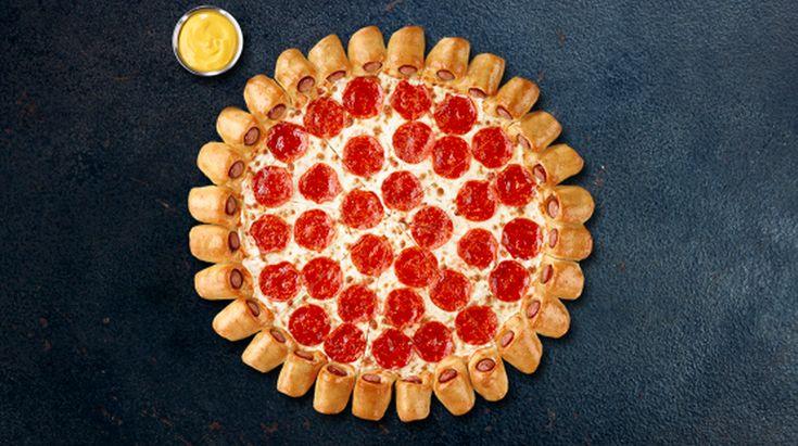 La cadena de restaurantes anunció una extraña invención en Twitter por medio de una foto de una pizza rodeada, no con una corteza de harina o rellena de queso, sino con pequeños hot dogs.