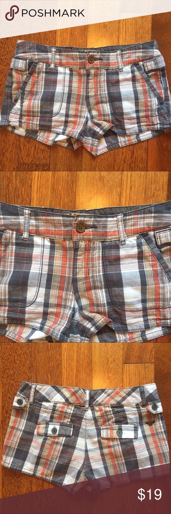 """Roxy size 0 plaid cotton Shorty Shorts Roxy cotton size 0 plaid cotton Shorty Shorts. Cute shorts with front and back pockets. Great neutral colors that go with anything. Waist measures across 14"""" inseam 2"""" and length from top of waist to bottom leg is 10.5"""" logo on back right. Cute shorts showing minor wear. Roxy Shorts"""