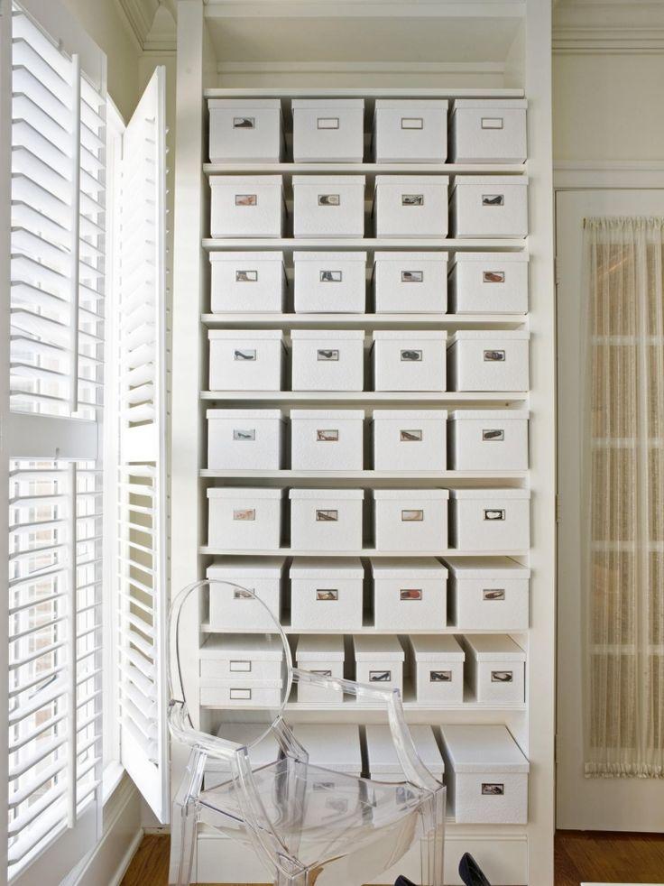 sehr einfach und sehr übersichtlich - weißes Regal und weiße Kisten mit Foto des Schuhpaares
