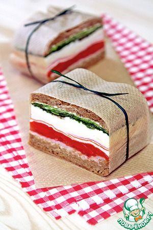 """Прессованные сэндвичи в Итальянском стиле...... Ингредиенты для """"Прессованные сэндвичи в Итальянском стиле"""": Хлеб (лучше всего Чиабатта, у меня ржаная) — 1 шт Соль Масло оливковое Помидор (среднего размера) — 1 шт Сыр твердый (маасдам) — 50 г Салат (листья) — 4 шт Крабовые палочки (ТМ А'море) — 4 шт Ветчина — 2 ломт. Моцарелла — 100 г Руккола — 2 горст. Перец болгарский (красный) — 1 шт Масло сливочное — 20 г Бальзамик (крем)"""