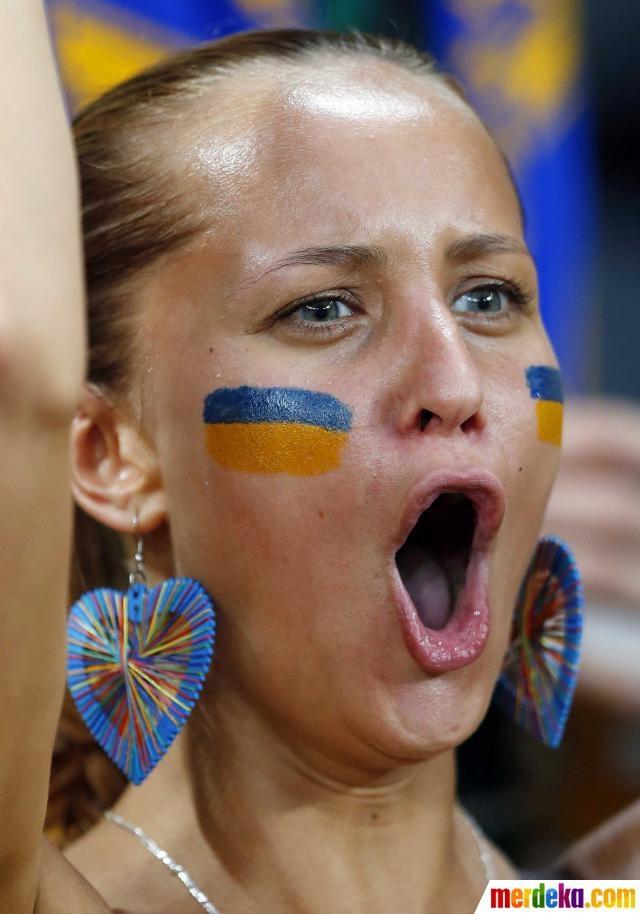 Suporter timnas Ukraina bersorak saat tim kesayangannya menjebol gawang Prancis. Ukraina akhirnya kalah dari Prancis 0-2