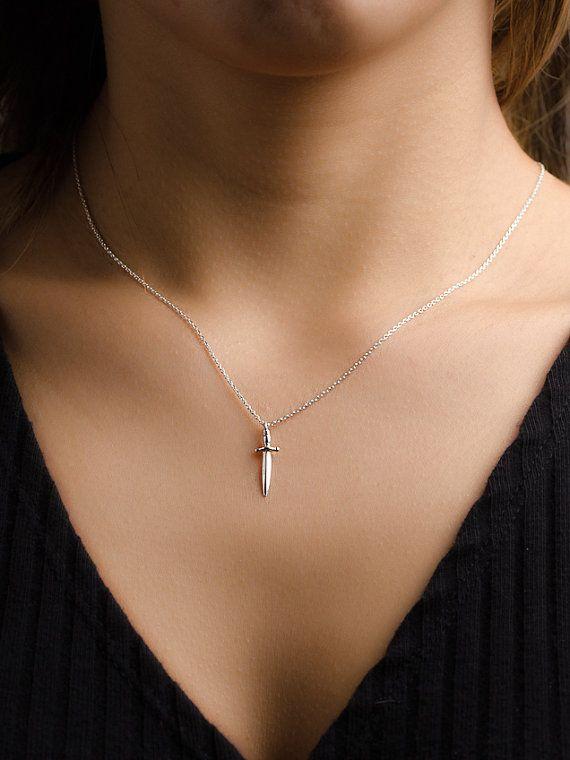Dolch Charm Halskette!  Eine dünne Sterling silber Kette mit 3 Ebenen der Anpassung mit einer kleinen silbernen Dolch-Charme. Eine zierliche minimalistisch-Halskette-perfekt für den täglichen Gebrauch. Kann mit einem oder mehreren Charme und als eine einzelne Kette oder eine Schichtung Halskette verwendet werden.  Wir bieten 3 Kettenlängen:  Kette 1: 17,7(45cm) Länge Ebenen der Anpassung: 16,9 (43cm) und 15,7(40cm).  Kette 2: 19,7(50cm) Länge Ebenen der Anpassung: 18,5 cm (47) und…