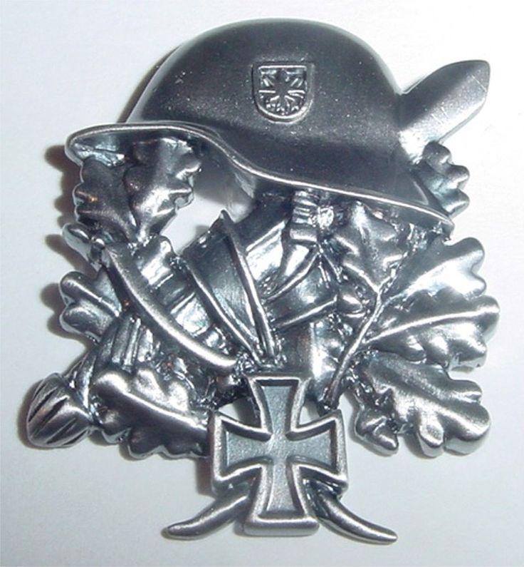 Pin Stahlhelm mit Eichenlaub, Schwert und EK