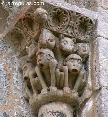 Monos. Capitel. Iglesia de los mártires San Facundo y San Primitivo - Silió, municipio de Molledo (Besaya, Cantabria, España). Siglo XII. Románico del Besaya