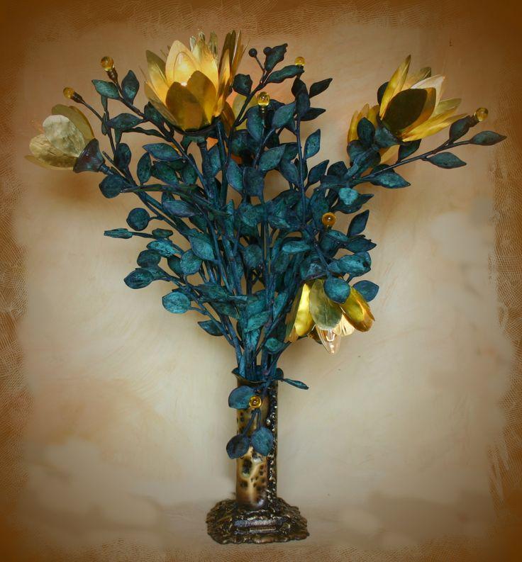 Επιτραπέζιο φωτιστικό Σύνθεση ''Βάζο με λουλούδια'' Ένα κομμάτι μοναδικό με πέντε διαφορετικές οξειδώσεις, από τον Βασίλη Αθανασόπουλο. http://peritexnon.weebly.com/