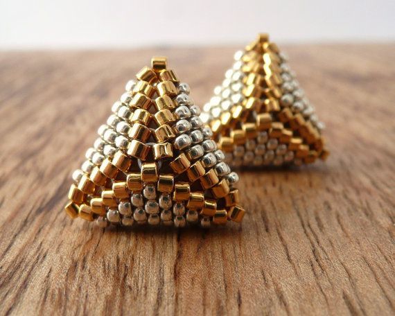 Petite «Cuzco» pyramide boucles d'oreilles en argent et or  Ces tout simplement frapper les boucles d'oreilles en forme de pyramide minis sont fabriqués à partir de minuscules en argent sterling et 24k perles de rocaille en verre plaqué or, ce qui j'ai tissé ensemble un par un avec une aiguille et du fil.  Jutilise uniquement des matériaux de haute qualité, y compris titane hypoallergénique postes (idéal pour les oreilles sensibles!)  Les boucles d'oreilles mesurent 15mm de diamètre et…