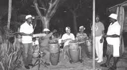 Los latinoamericanos de ascendencia africana han desarrollado sus propias subculturas que combina aspectos de la cultura africana con los de otras culturas de América Latina. Productos de la cultura negra en América Latina incluyen lenguas como el palenquero, religion como Santería, y música y bailes como el merengue y la rumba