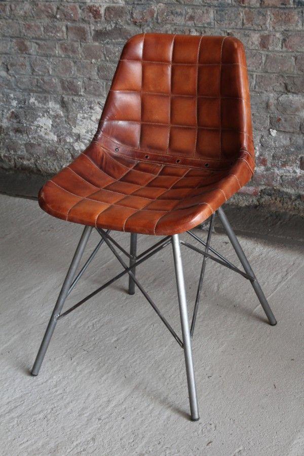 Prachtige industriële stoel in echte wafelleer. Deze stoel biedt je een ongelooflijk comfort en heeft een uitzonderlijk vintage touch. Geïnspireerd op het Eames model is deze Vitra stoel onmisbaar. #Stoel #Eames #barak7nl